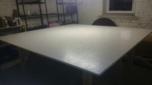 Der Tisch ist weiß